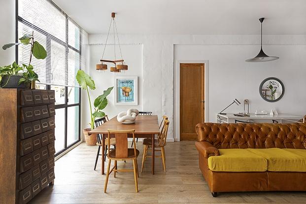 Vista de la amplia zona de estar y comedor del loft de Poble Nou decorada con mobiliario vintage