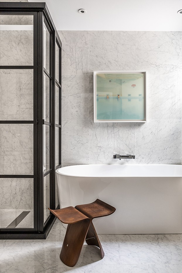 El baño principal del piso clásico en Madrid está protagonizado por el mármol