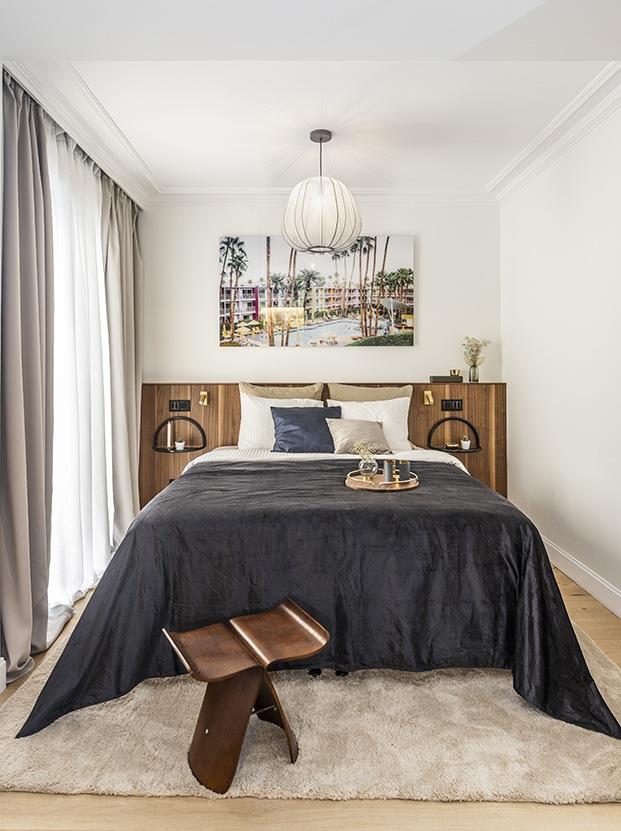El dormitorio principal con un cabecero realizado a medida