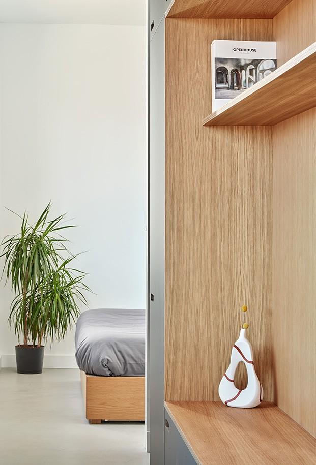 Un detalle del módulo central que desemboca en el dormitorio. Las puertas de suelo a techo, conectan los espacios