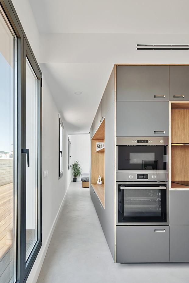 Vista de la original distribución del pequeño piso hecho a la medida del single. Delante la cocina, al fondo, el dormitorio