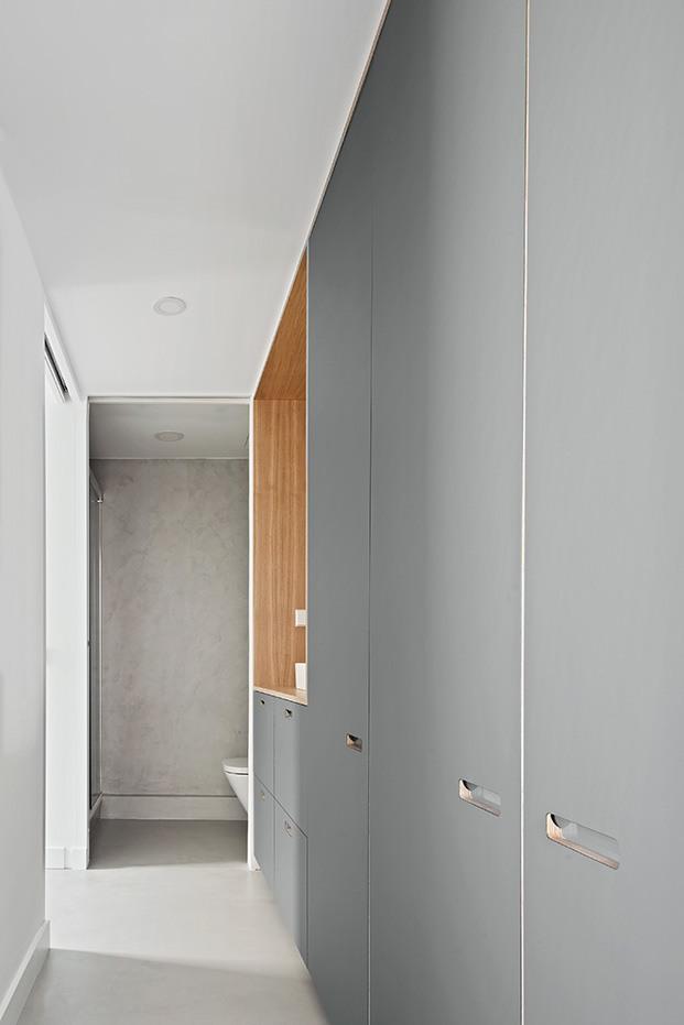 El módulo central acoge la zona de lavabo, al fondo separado por una puerta, el resto del cuarto de baño