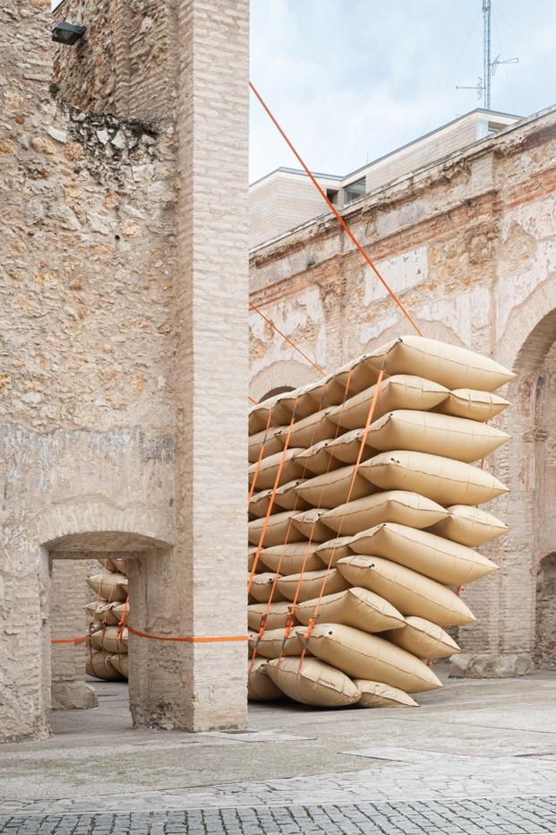 Instalación efímera Desplome, de Martillo Neumático en A Cel Obert