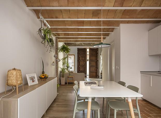 La cocina con el comedor en el centro y un aparador de Ikea