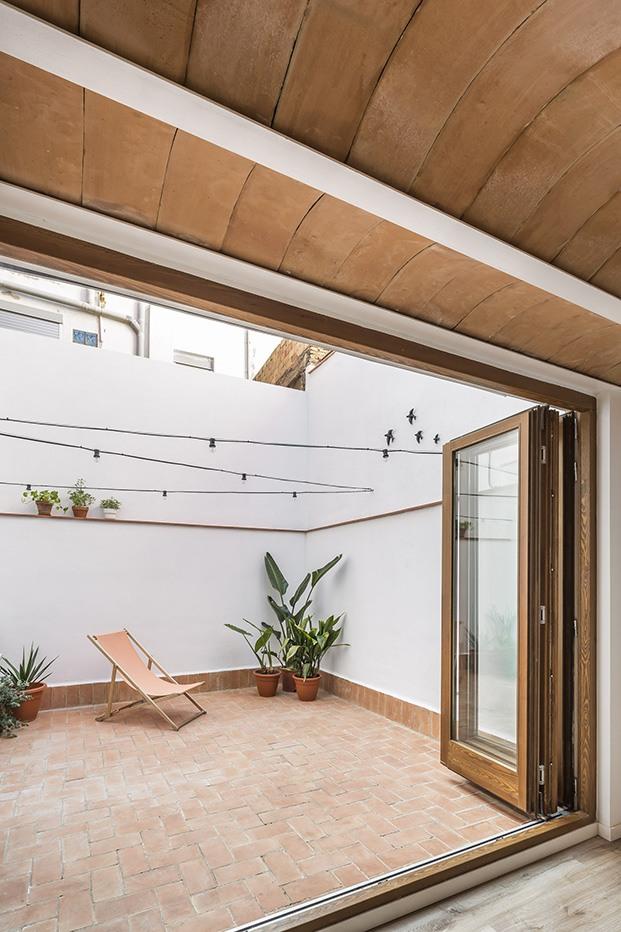 El techo del esta zona del loft en el Cabanyal evoca los tradicionales de bovedilla y baldosas de barro artesanal