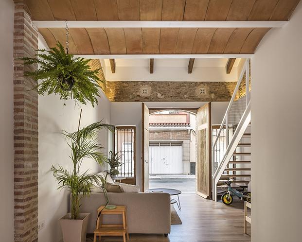 El loft con las puertas abiertas a una de las calles del popular barrio del Cabanyal en Valencia
