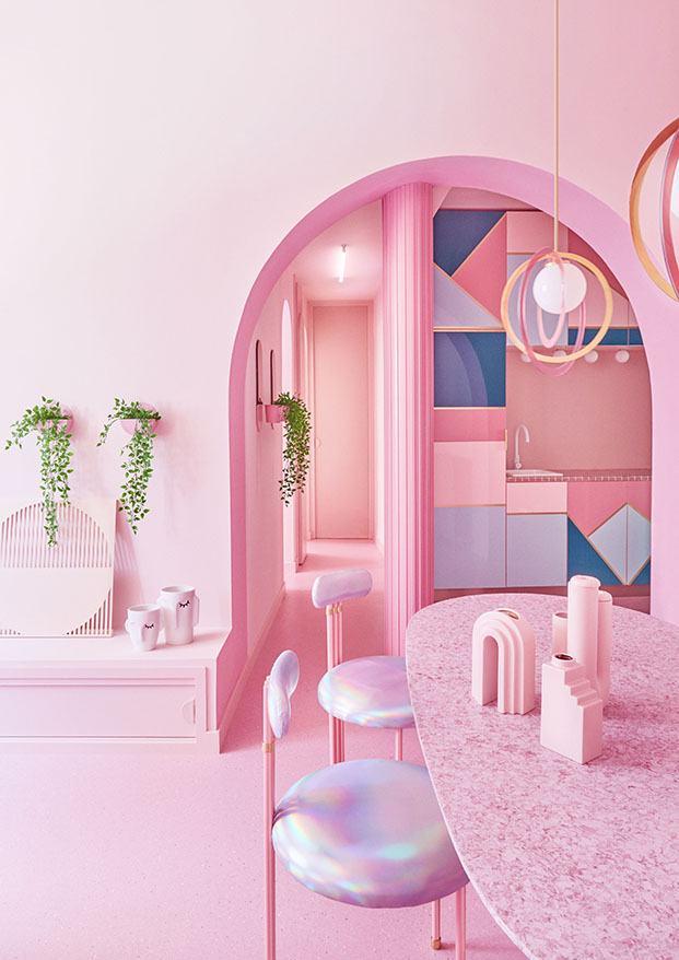La cocina, al fondo es el único espacio donde el protagonismo del rosa se interrumpe