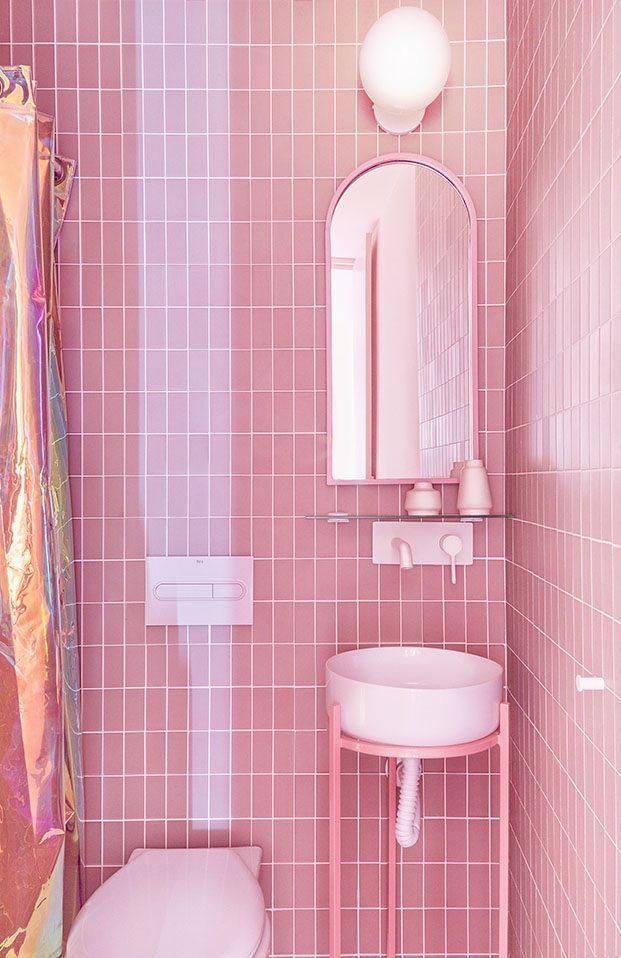 Las cortinas, los espejos, los azulejos, el rosa es el protagonista de los cuartos de baño