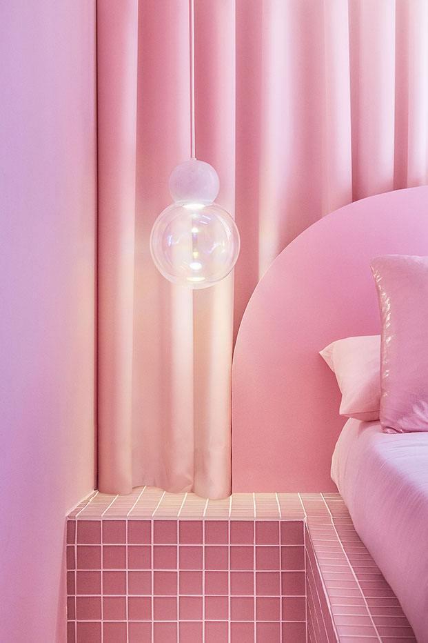 Excepto las lámparas en forma de esferas todo el mobiliario es diseño del estudio de Patricia Bustos