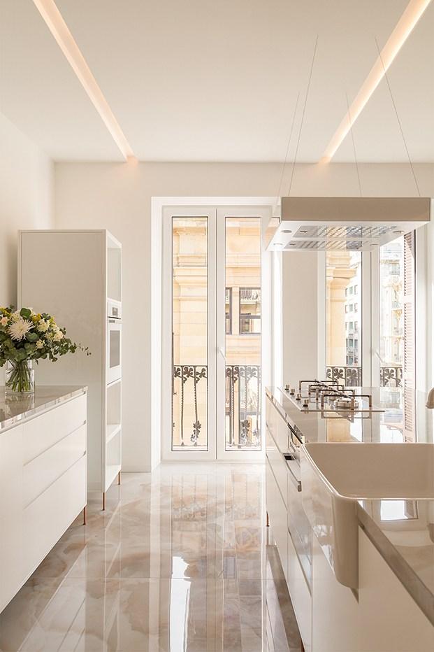 Muebles diseñados a medida y suelos de mármol conforman la zona de cocina