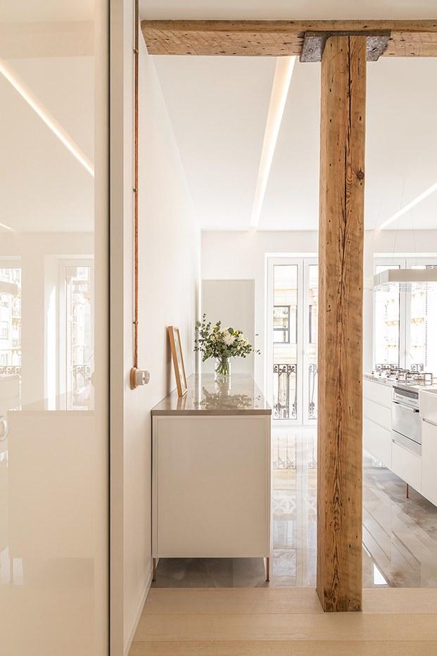 En la cocina, blanco y madera consigue dar la calidez que se buscaba