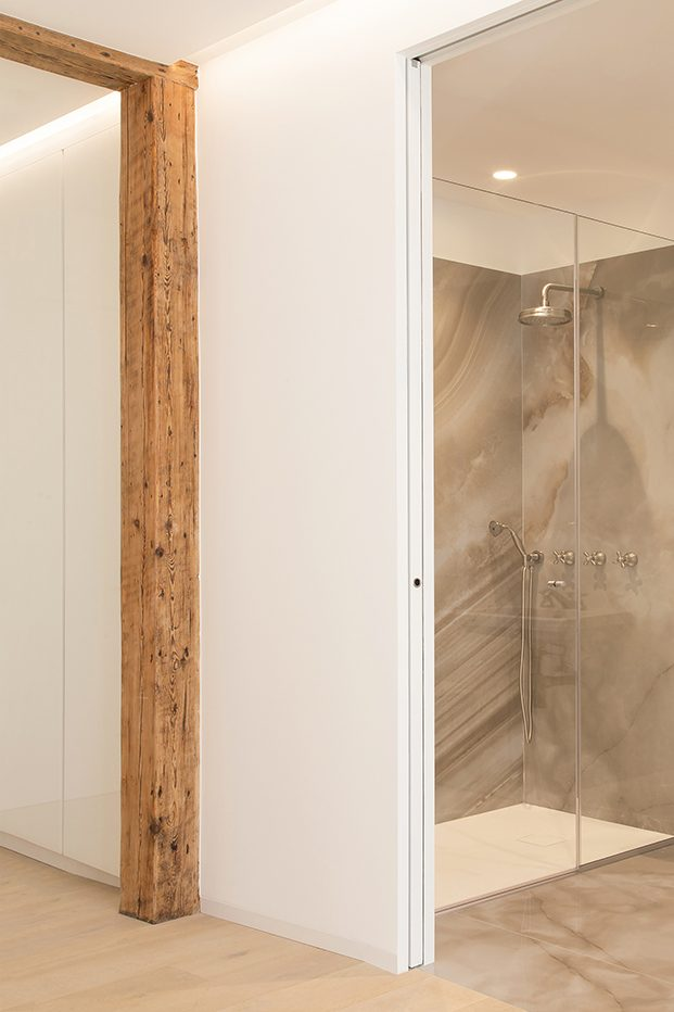 Vista de uno de los cuartos de baño, revestido por completo en mármol