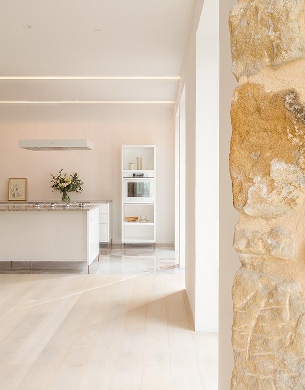 Todos los muebles del luminoso piso en San Sebastián han sido realizados a medida por el estudio AAA de Amelia Arana