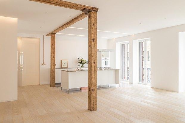 El proyecto ha recuperado los espacios y ha descubierto las vigas originales que delimitan la zona de cocina.