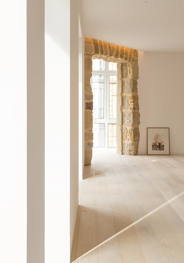 Elementos originales como la piedra del mirador,  han sido recuperados por la arquitecta en este luminoso piso en San Sebastián
