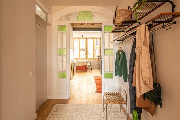 El recibidor conecta todas las estancias y mantiene las puertas originales de la casa centenaria. Cuentan con gran altura y cristales glaseados