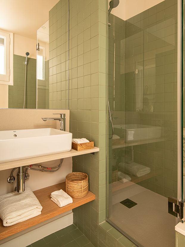 Uno de los baños de la casa centenaria en Grácia qu cuenta con una ducha de obra