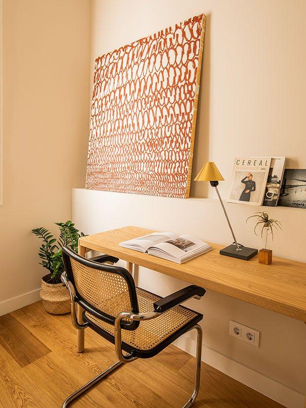 Vista de una zona de lectura y trabajo con mesa de Ikea y silla Cesca de Marcel Breuer para Va de VIntage.El cuadro es de Maria Yelletisch