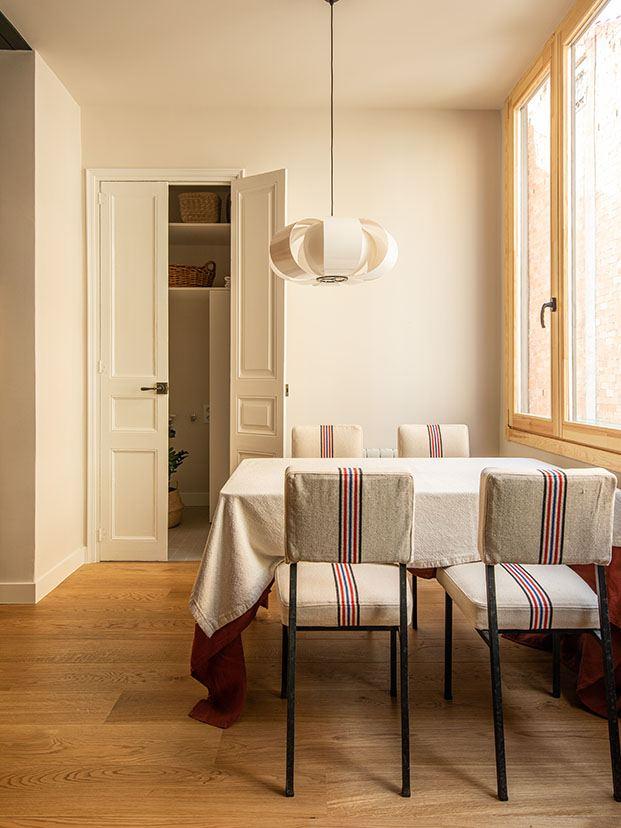 Zona de comedor con la lámpara Disa de Coderch que edita Santa & Cole y mobiliario de Milesimas