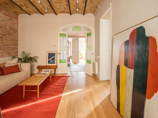 En la zona de estar del salón, destacan una alfombra de Nani Marquina y la colorista obra de Claudia Valsells en Alzueta Gallery