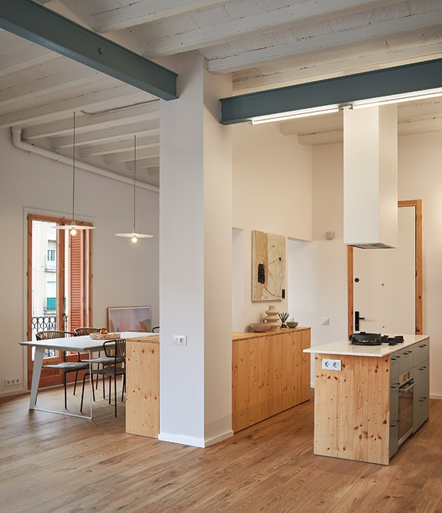Nada más entrar al apartamento circular se accede a la cocina que a su vez comparte espacio con el comedor y el salón