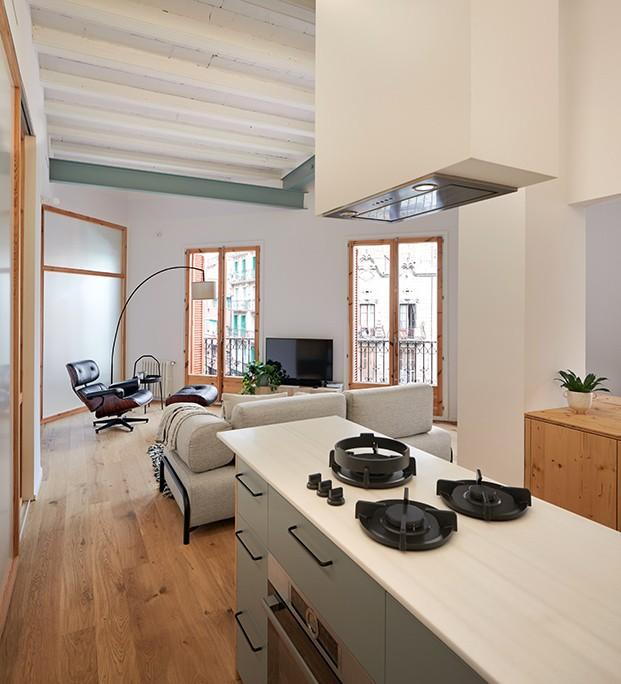 La cocina está abierta al comedor y al salón, justo en el centro del apartamento