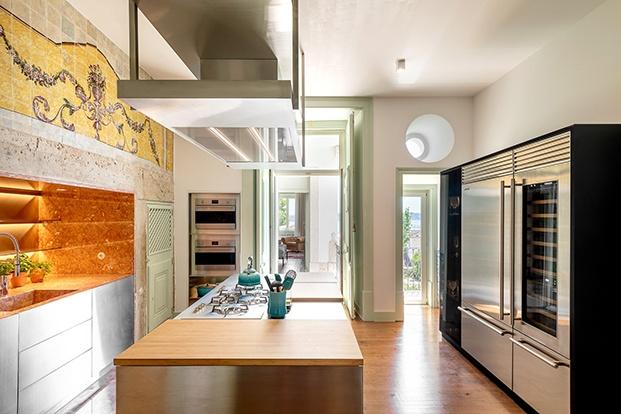 La cocina des moderna y cuenta con mobiliario y electrodomésticos de diseño de última generación  que le dan un toque singular al palacio del XVII