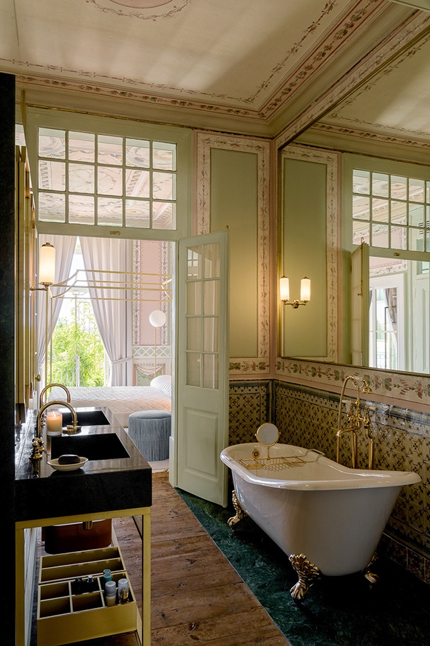 Cuartos de baño de estilo clásico con bañera exenta