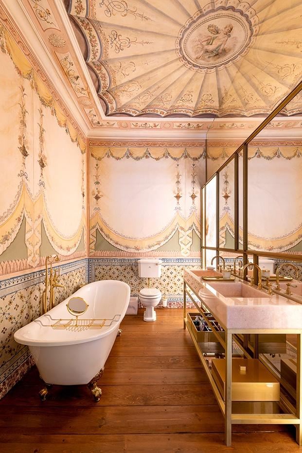 Muebles de hoy, de la firma británica de mobiliario clásico de baño Lefroy Brooks se conjugan con los espectaculares pinturas ornamentales