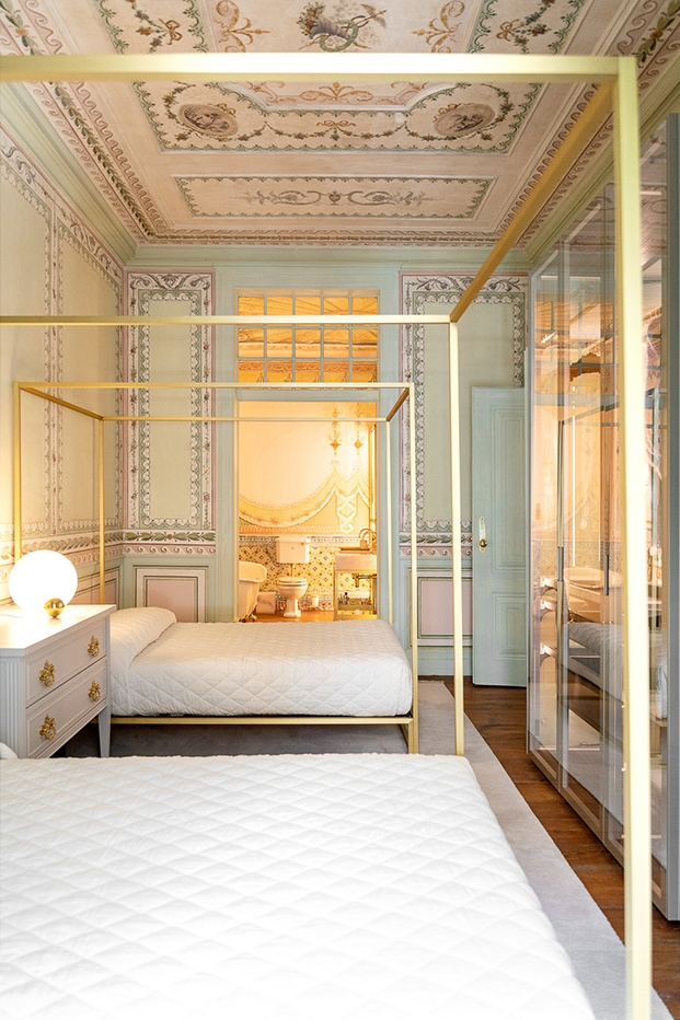 De un único baño, la vivienda de este palacio en Lisboa ha pasado ha tener seis, éste conectado con el dormitorio