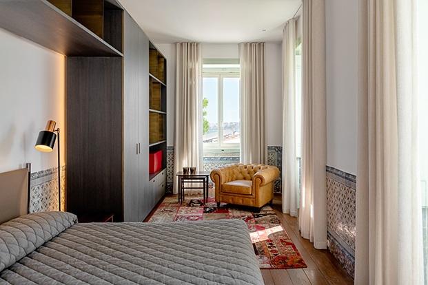 Otro de los dormitorios, una perfecta mezcla del pasado y el presente en este palacio del XVII actualizado con muebles de diseño