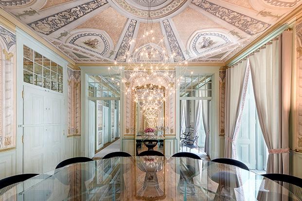 Muebles de diseño  y pinturas ornamentales en un palacio del XVII en Lisboa