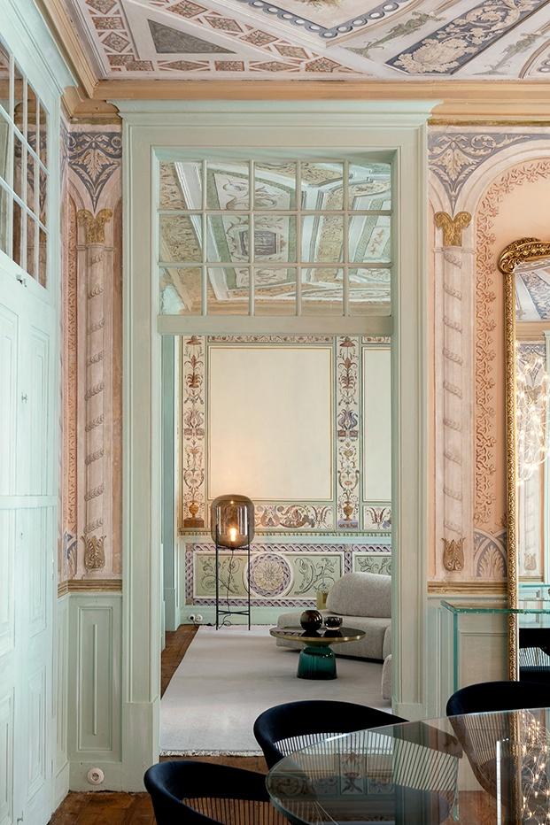 Al fondo entre frescos y preciosas carpienterías ornamentadas dos piezas de diseño. La lámpara Oda de Pulpo, destaca al fondo. Arte y diseño