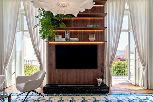 Detalles de una de las modernas zonas de estar del palacio del XVII ahora una nueva vivenda  con muebles de diseño.