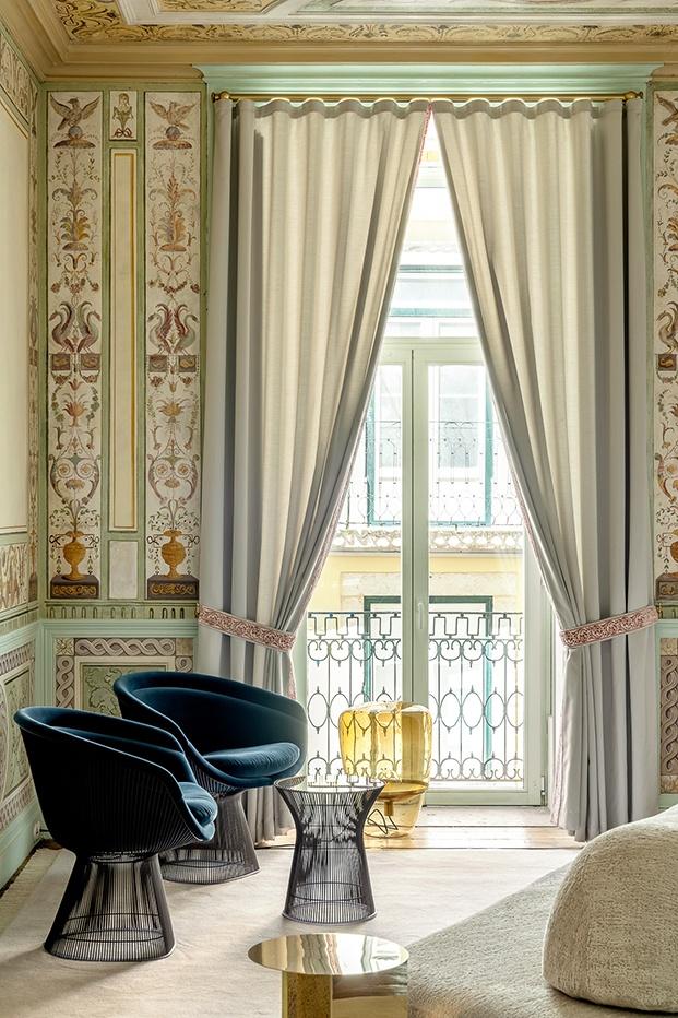 pinturas, ornamentales, ricos textiels y mobiliario de diseño de las firmas Knoll,y en ámbar una la lámpara checa de Brokis.