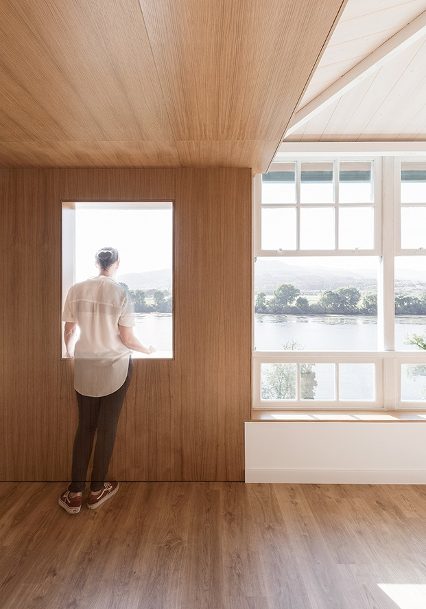 El paisaje y la luz se cuelan a la casa a través de los grandes ventanales