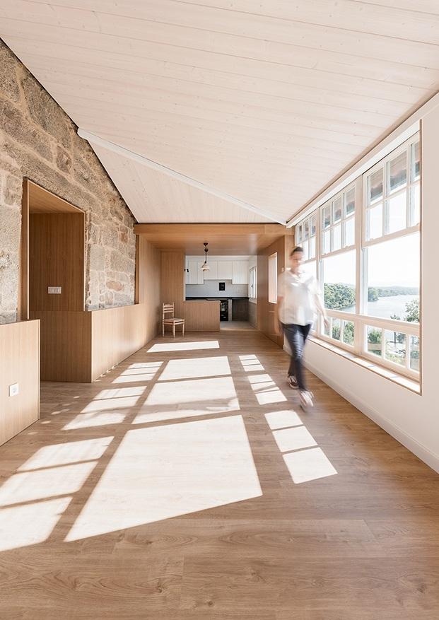 Esta estancia intermedia conecta la zona de dia con la parte más privada de dormitorios