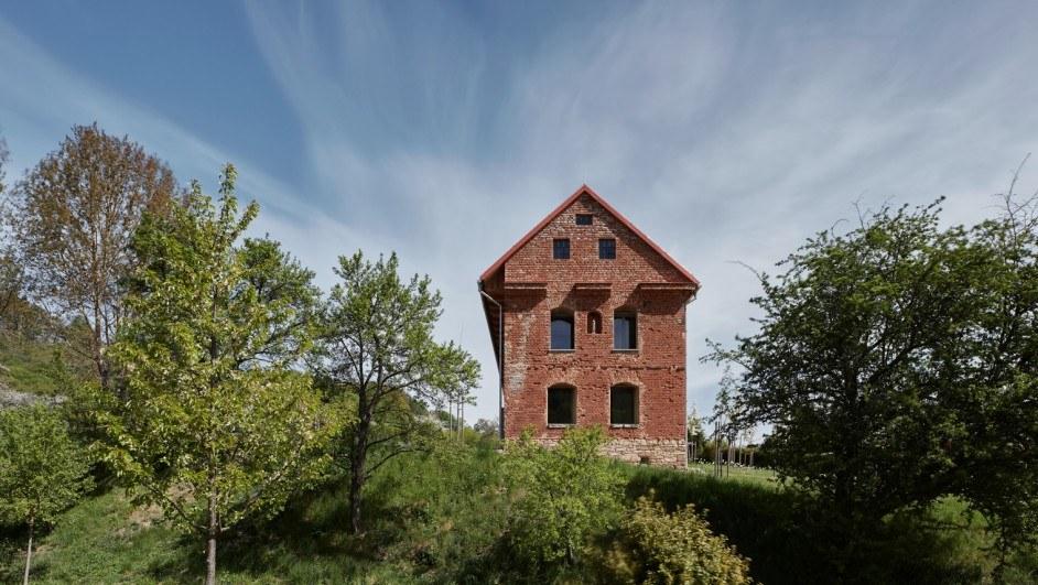 Una casa dentro de una ruina.