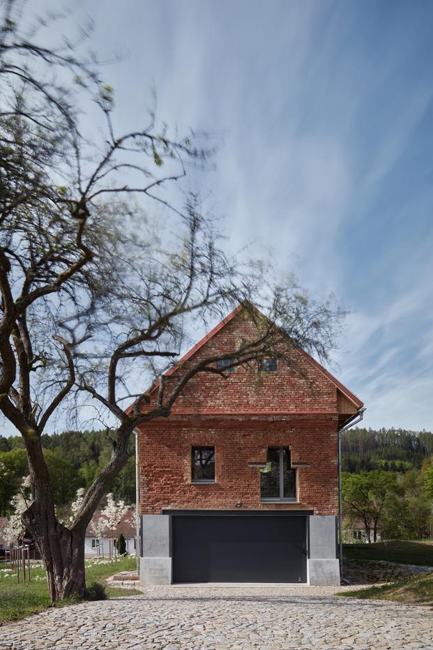 Una casa dentro de una ruina. Estudio de arquitectura ORA + Tomáš Pospíšil