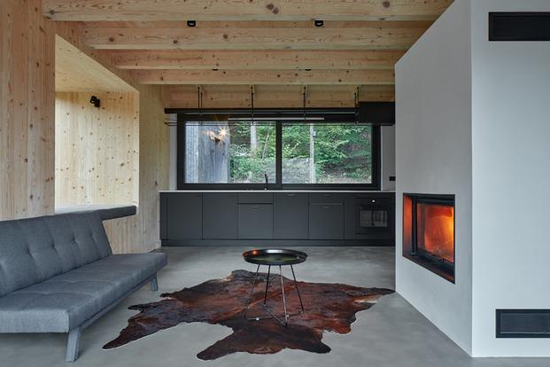 cabaña de madera negra en el valle del río Horská Kamenice, en la República Checa. Arquitectura de Mjölk architekti