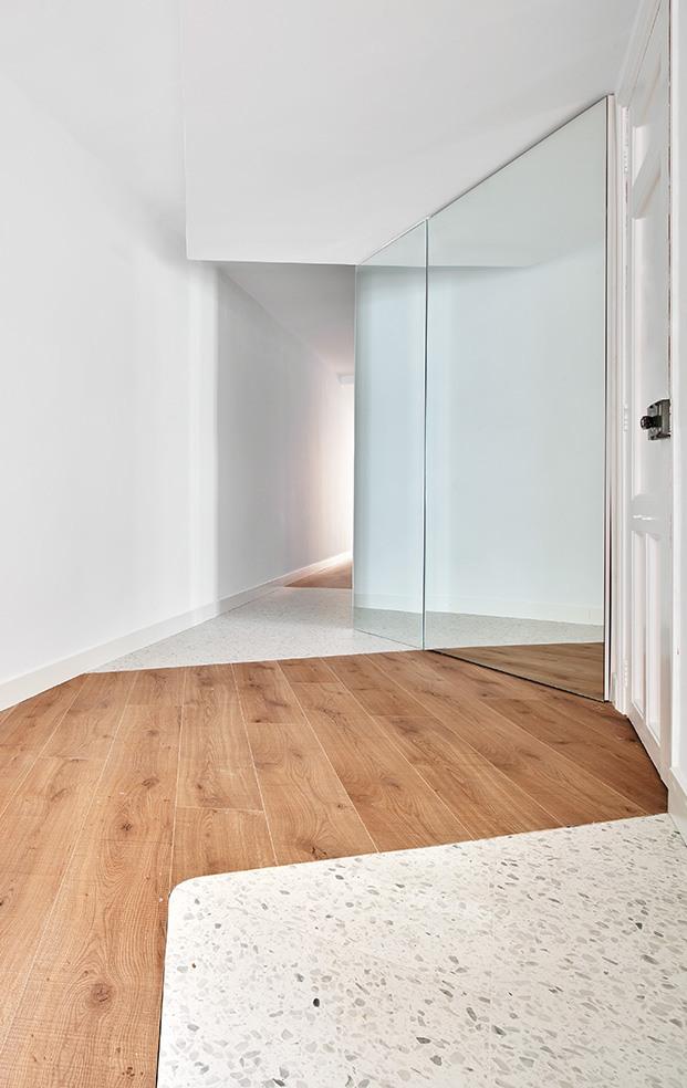 Además del contraste entre los distintos pavimentos los espejos contribuyen a multiplicar la luz y dar amplitud visual