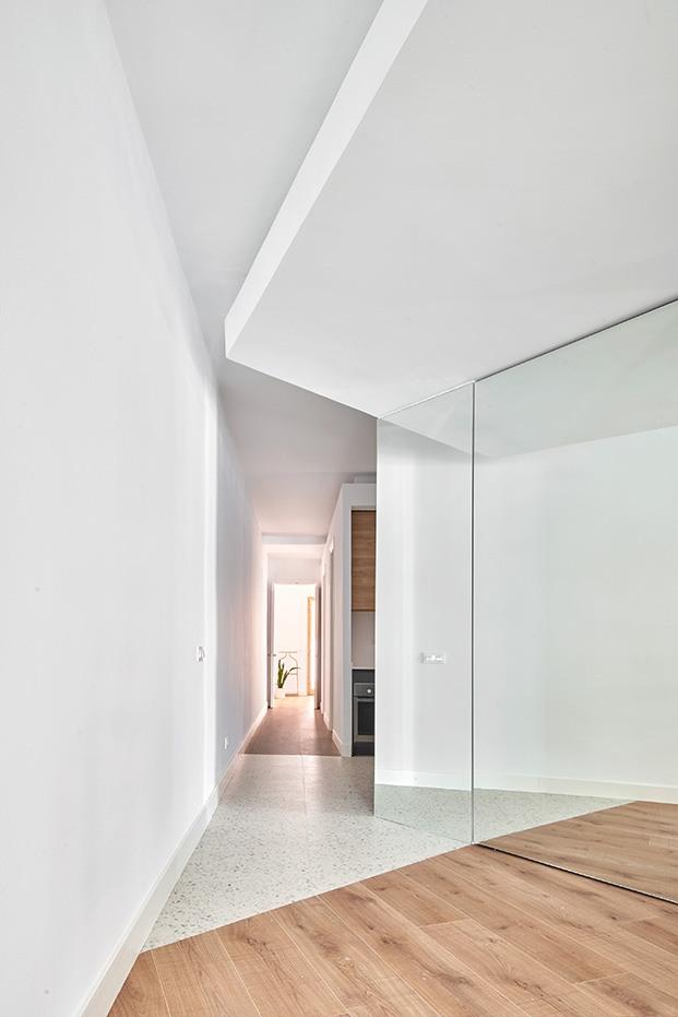 Otro detalle del efecto óptico que produce el espejo. Al fondo el pasillo que lleva al baño y las habitaciones