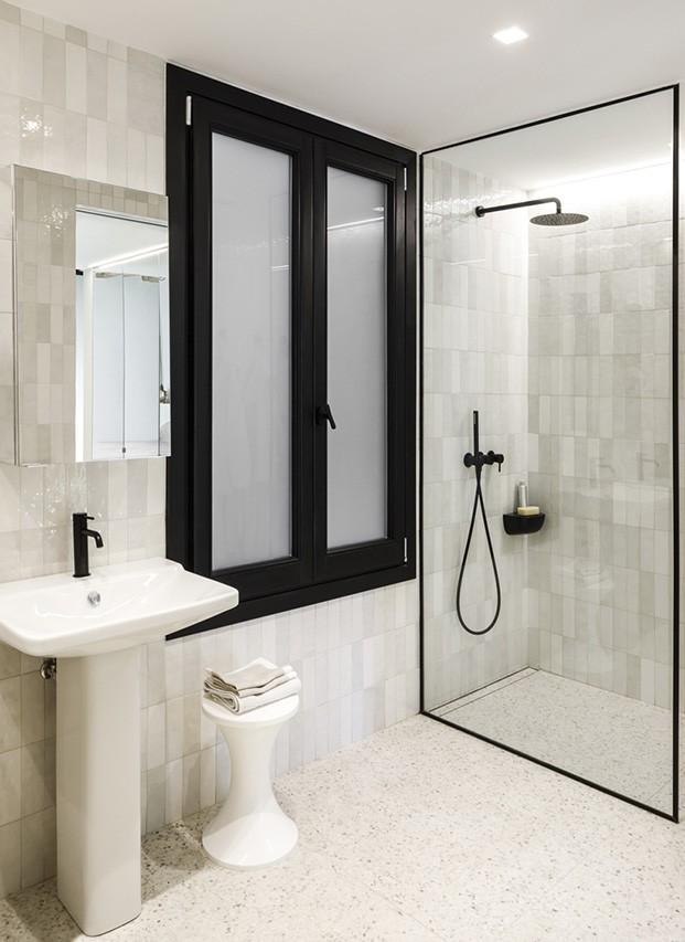 El blanco y el negro visten del cuarto de baño y la zona de ducha
