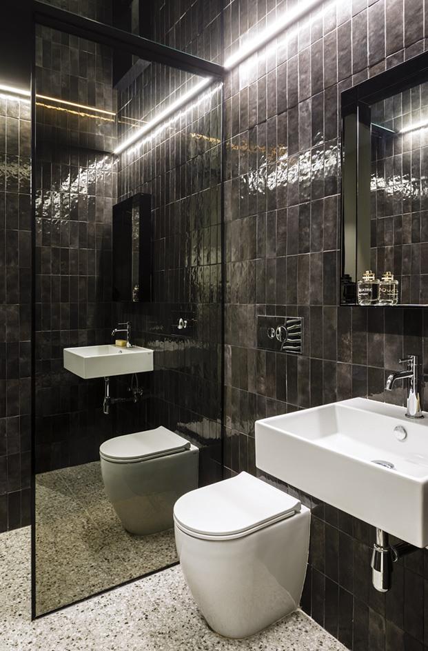 El negro y el blanco, el otro polo, en el cuarto de baño secundario del piso del Raval
