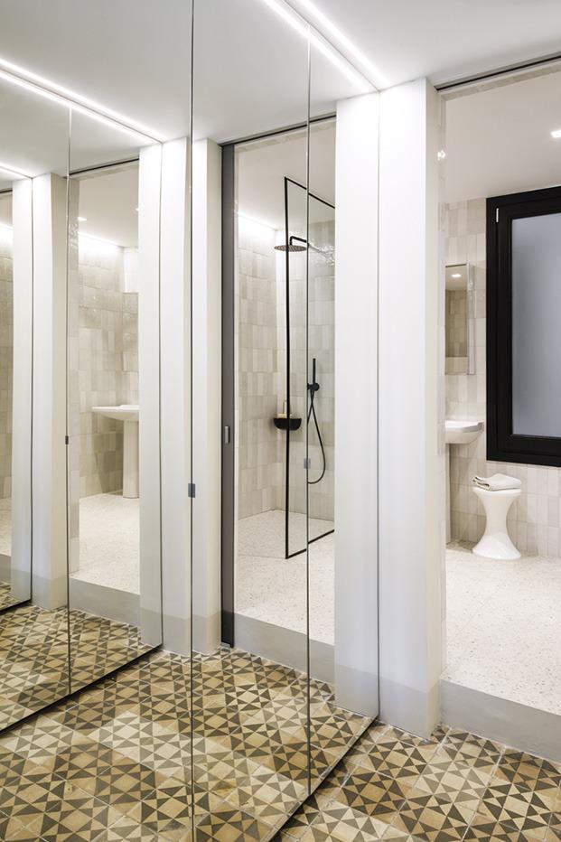 En los cuartos de baño se juega a los polos opuestos, el principal decorado con tonos blancos