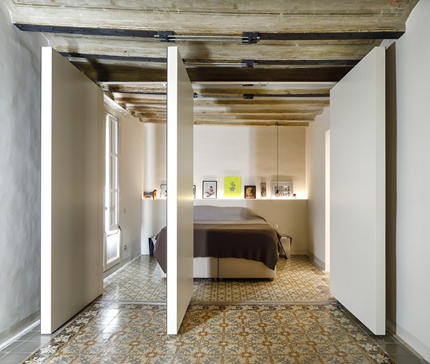Puertas batientes dan paso desde la zona de estar al dormitorio principal