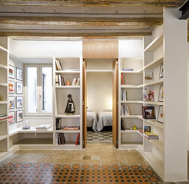 Al fondo de la biblioteca unas puertas de nogal dan paso al dormitorio doble
