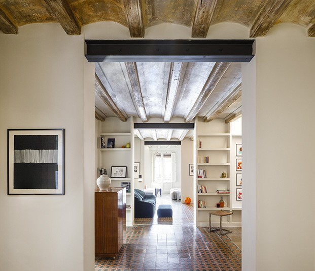 En un edificio de principios del siglo XX en pleno barrio del Raval se encuentra este piso, recientemente recuperado