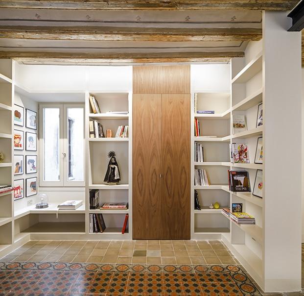 Puertas de suelo a techo abren y cierran los distintos espacios de este antiguo piso del Raval