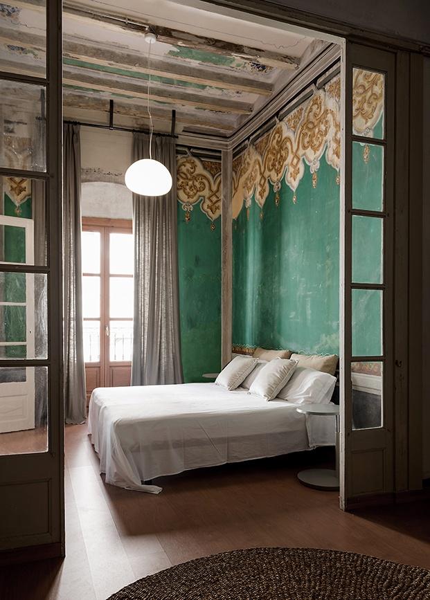 Vista del dormitorio de la planta noble de la casa Casclar decorada con mobiliario de diseño